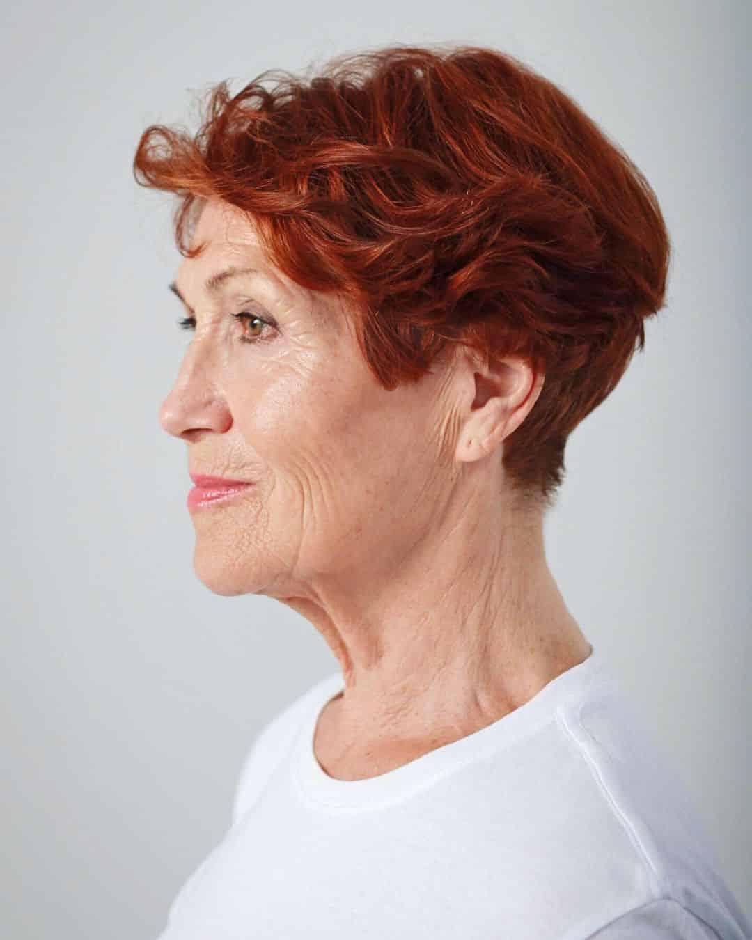 Coupe de cheveux courte et cunéiforme pour les femmes de 70 ans.