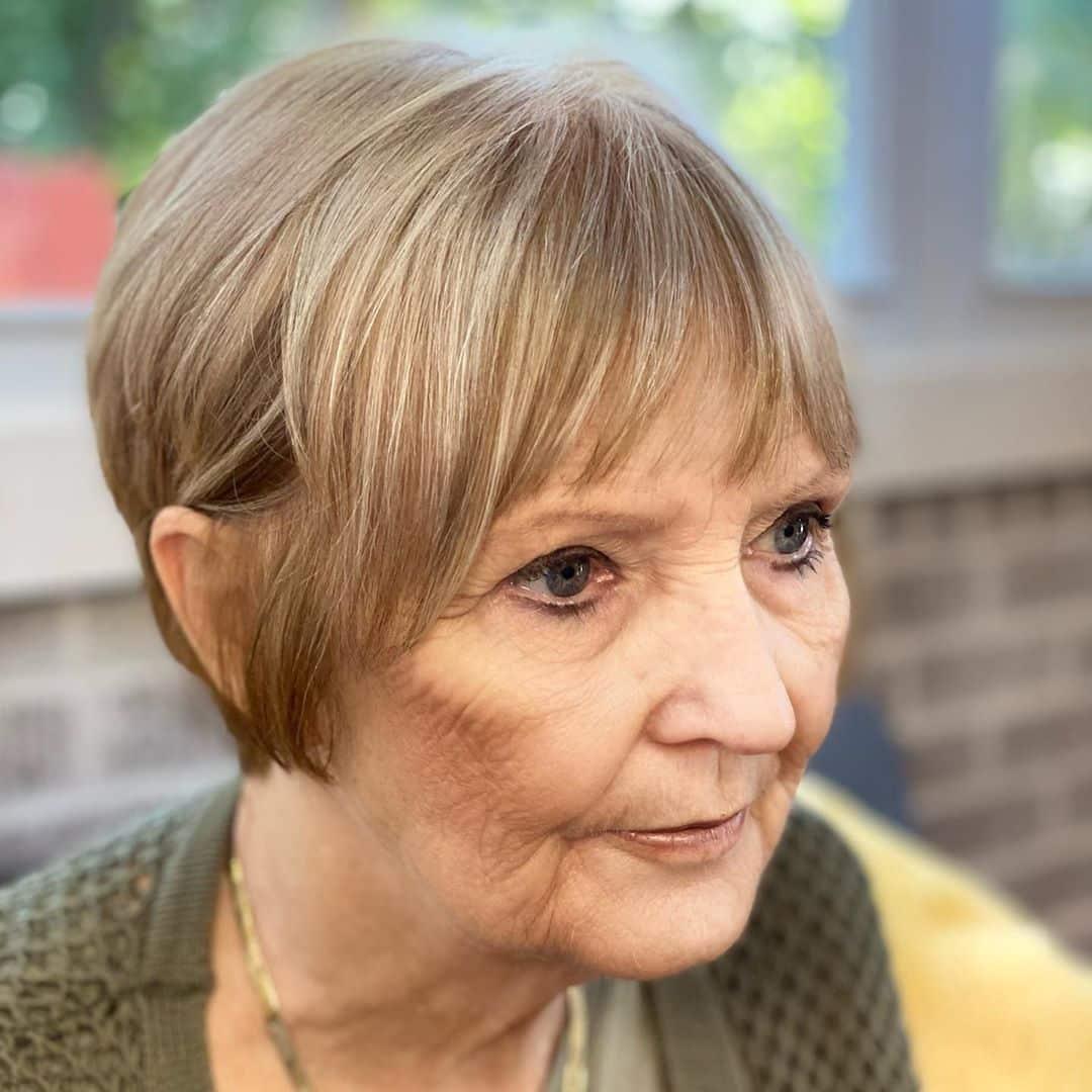 Coupe courte pour les femmes de plus de 70 ans aux cheveux fins