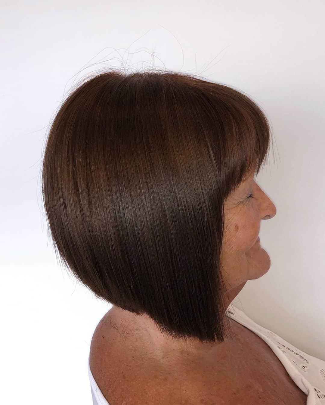 coupe mi-longue pour femme de plus de 70 ans aux cheveux bruns foncés