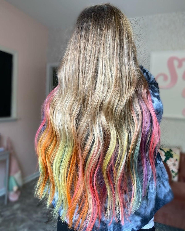 Coloration des cheveux arc-en-ciel par trempage