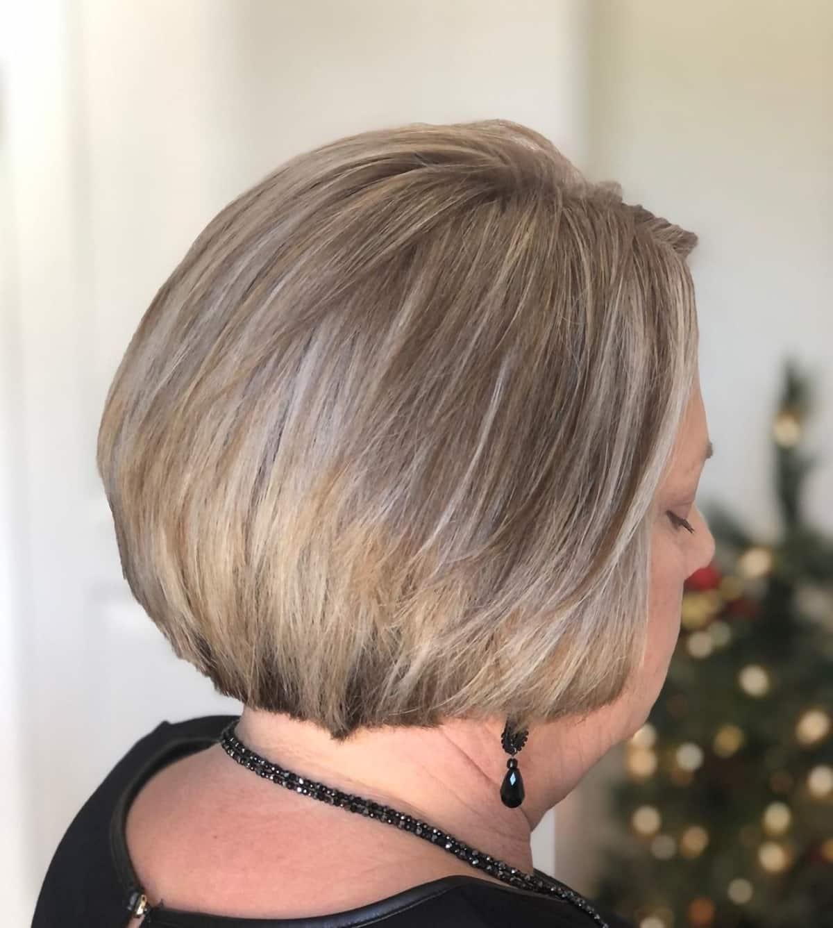 Cheveux blonds cendrés sur des femmes de 50 ans