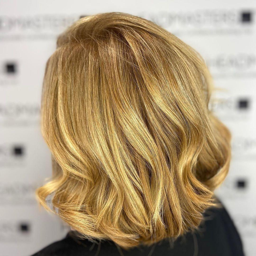 De beaux cheveux blonds comme le miel