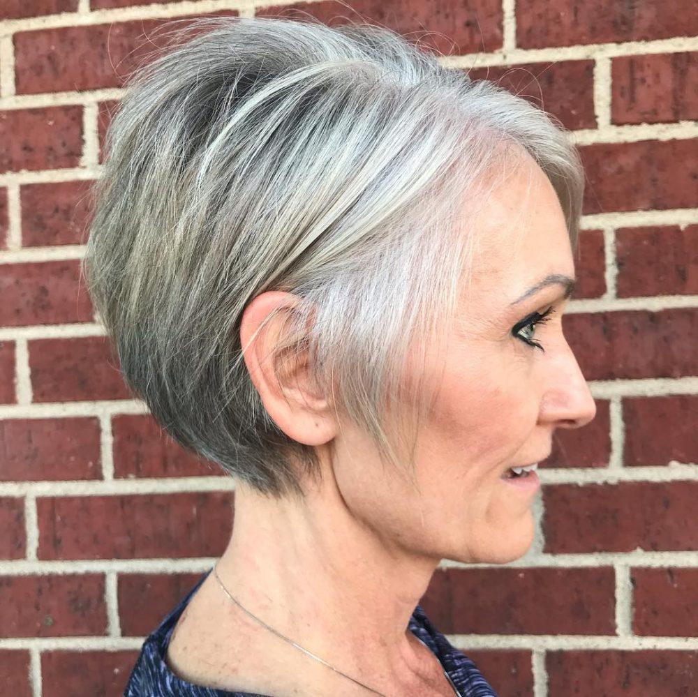 Cheveux gris avec des mèches blondes
