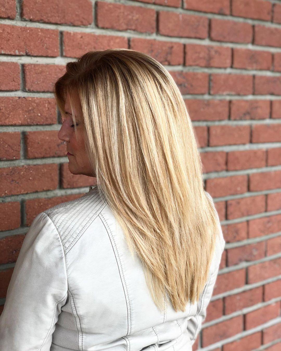 Blond clair jeune avec des racines foncées