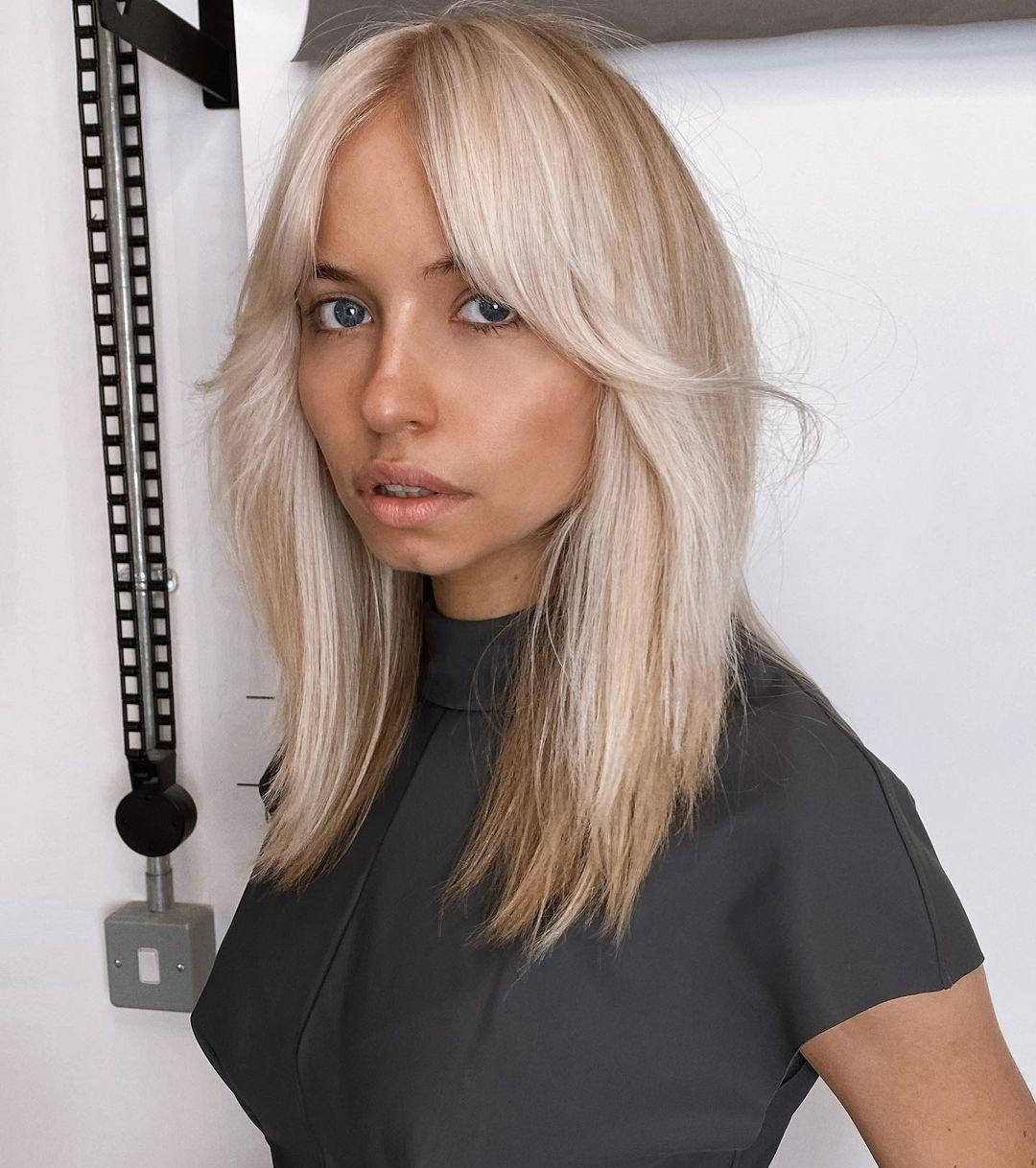 coupe de cheveux étagée pour cheveux droits avec frange rideau