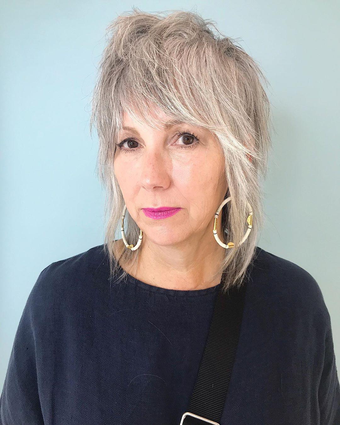 Coupe de cheveux jeune et hirsute pour les femmes de plus de 50 ans aux cheveux fins.