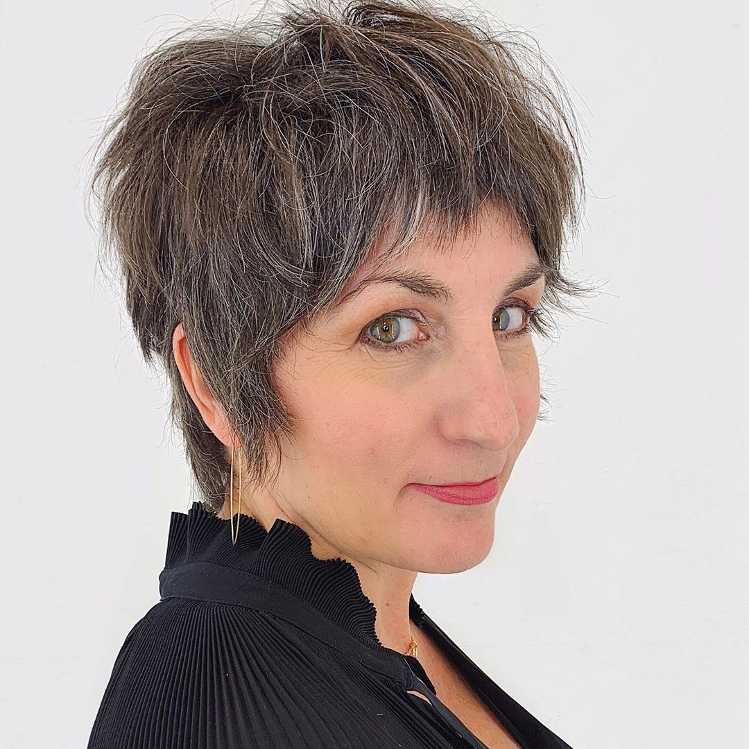 Coupe shag longueur de cou pour une femme dans la cinquantaine et aux cheveux fins.
