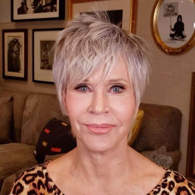 Coupe pixie hirsute pour femme de 50 ans aux cheveux fins.