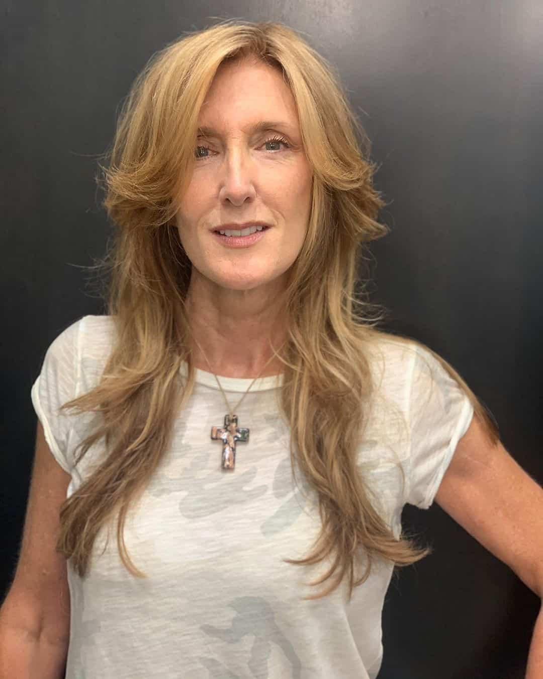 coupe de cheveux longue à poils longs pour les femmes de 50 ans aux cheveux fins