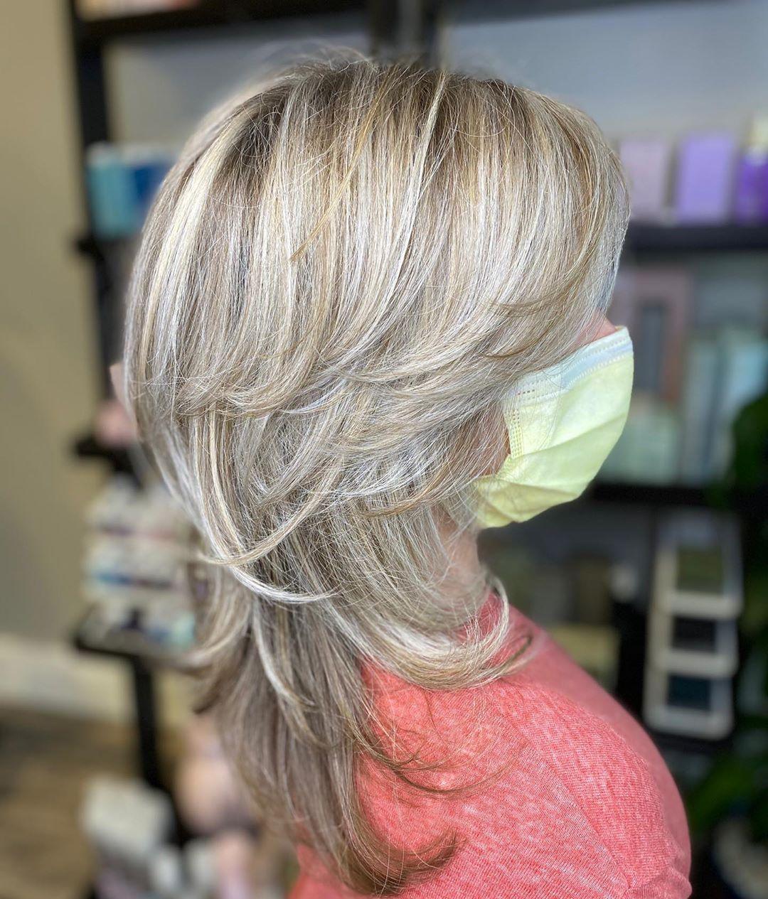 coupe de cheveux hirsute à plumes pour les femmes de 50 ans et plus et les cheveux fins