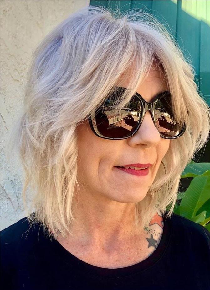 Coupe moderne wavy shag pour les femmes de plus de 50 ans aux cheveux fins.