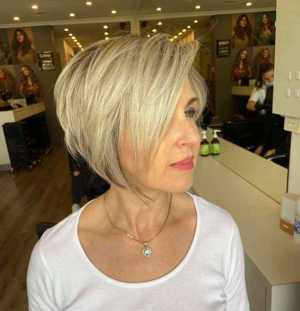 coupe de cheveux courte et dégradée pour les femmes âgées