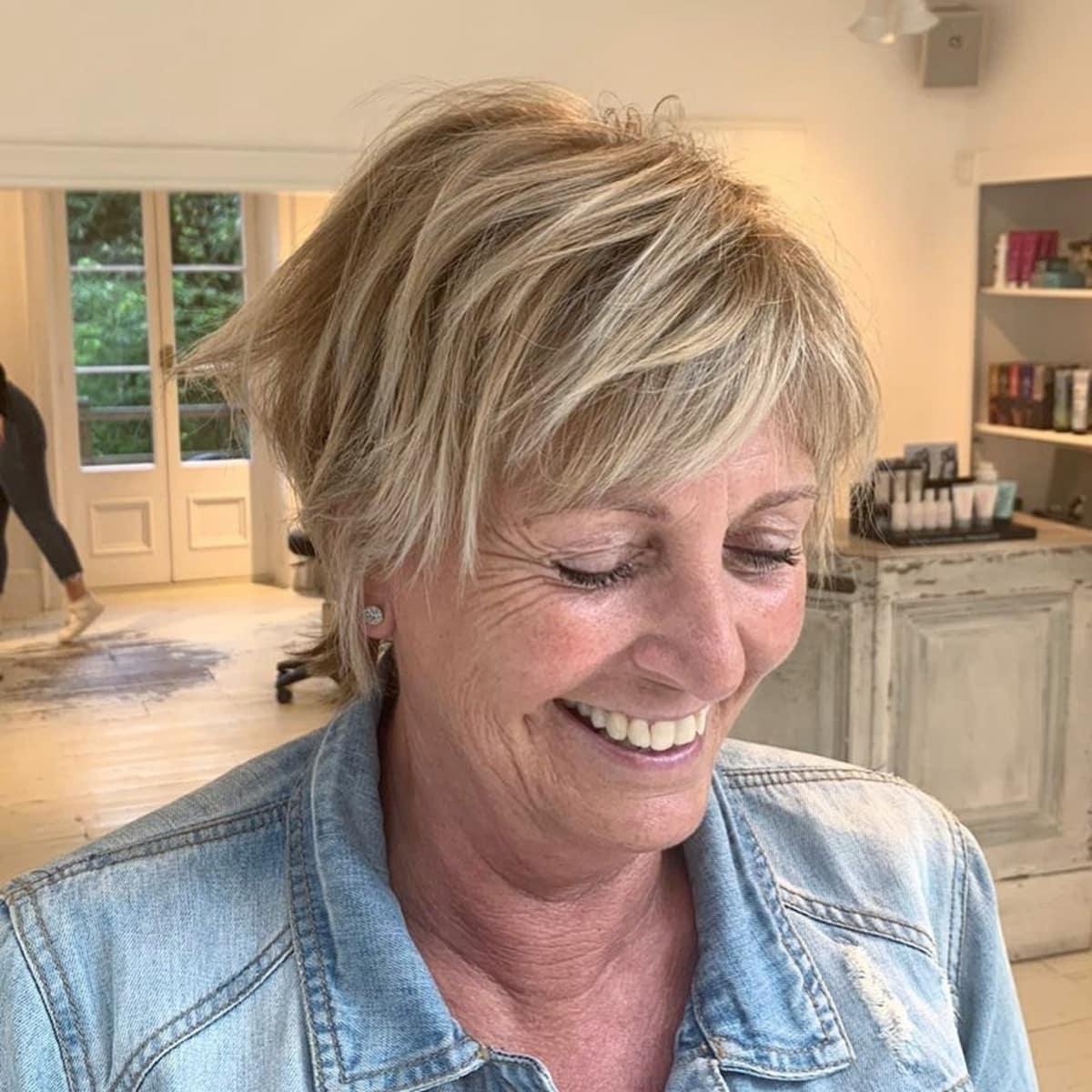 Cheveux blonds moyens dégradés pour les femmes de plus de 50 ans