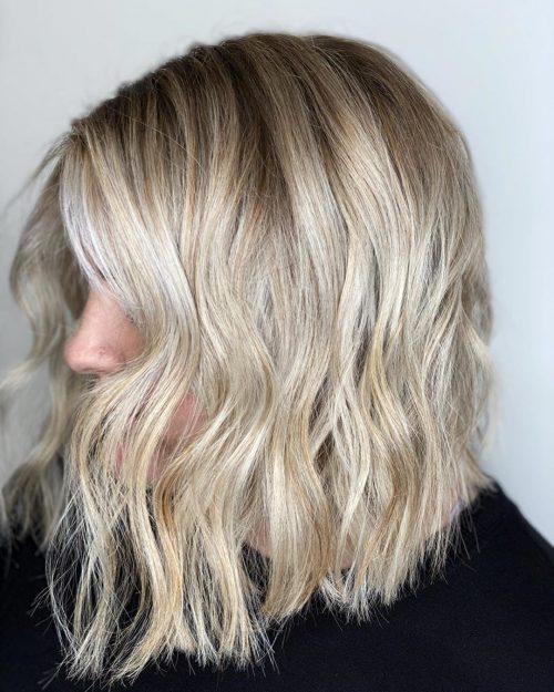 Cheveux blonds crémeux sur un collier de cheveux longs.
