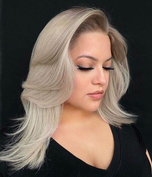 Blond platine sur cheveux moyens