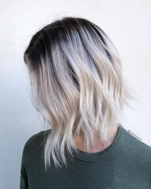 Blond blanc moyen-court avec des racines plus foncées