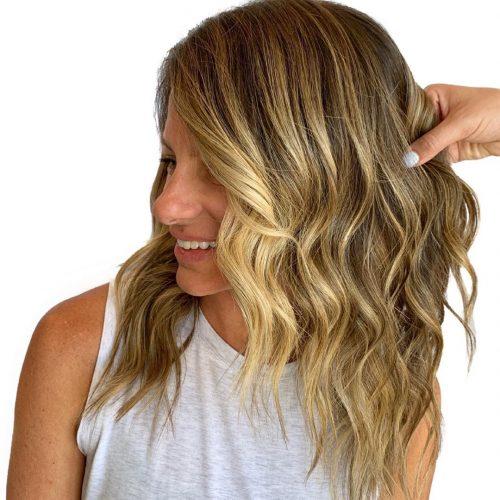 Blond sale pour cheveux mi-longs avec ondulations de plage