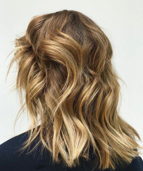 Mèches blond doré pour cheveux moyens