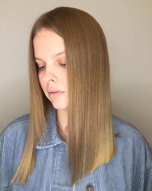 Blondeur sable mi-longue sur cheveux droits