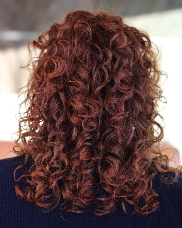 Cheveux roux frisés mi-longs à longs