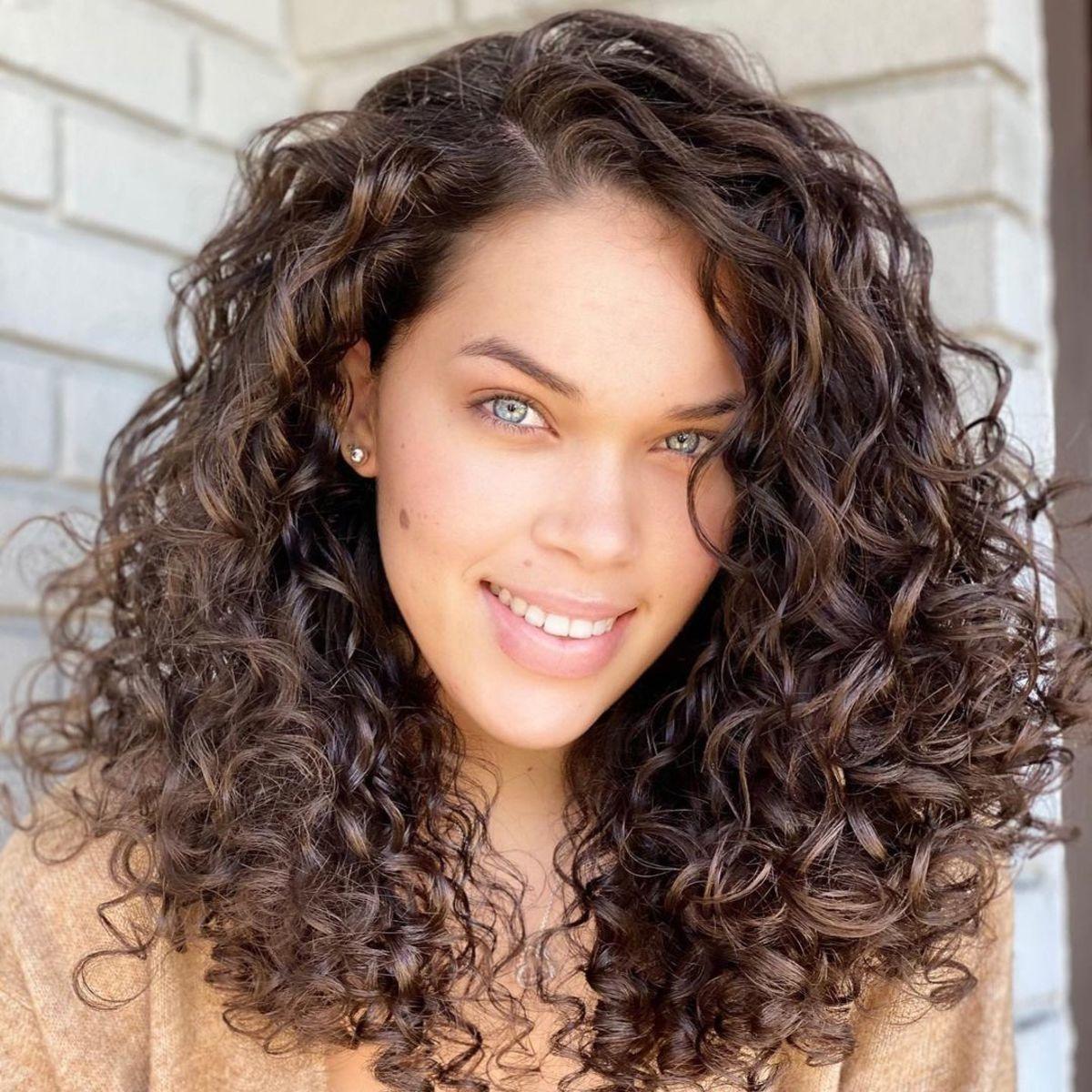 Style de cheveux bouclés mi-longs brun foncé