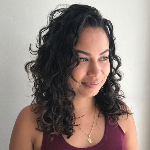 Idée pour les cheveux bouclés en couches moyennes
