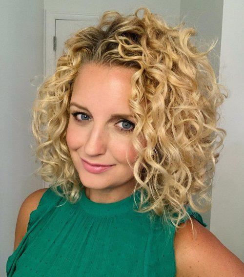 cheveux blonds bouclés naturels moyens