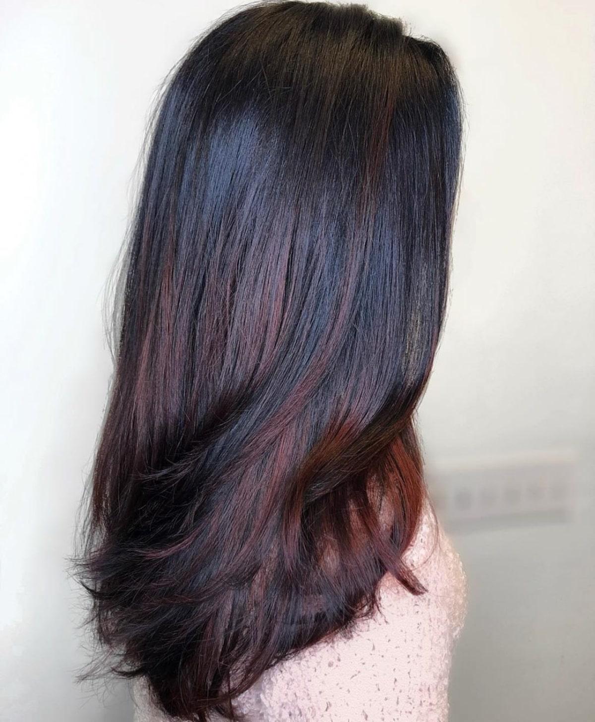 mèches brun acajou sur cheveux longs noirs