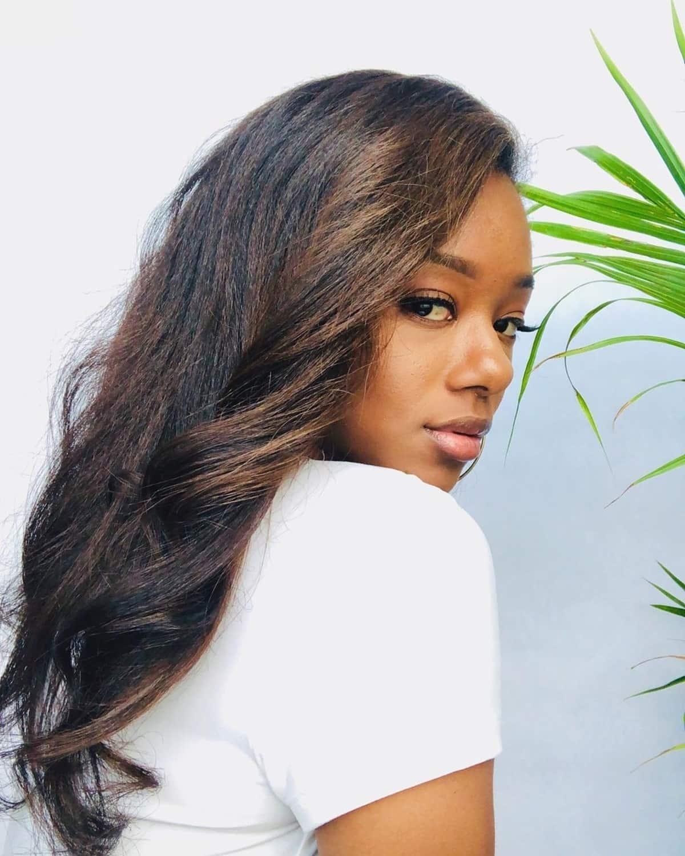 mèches brunes sur cheveux afro-américains