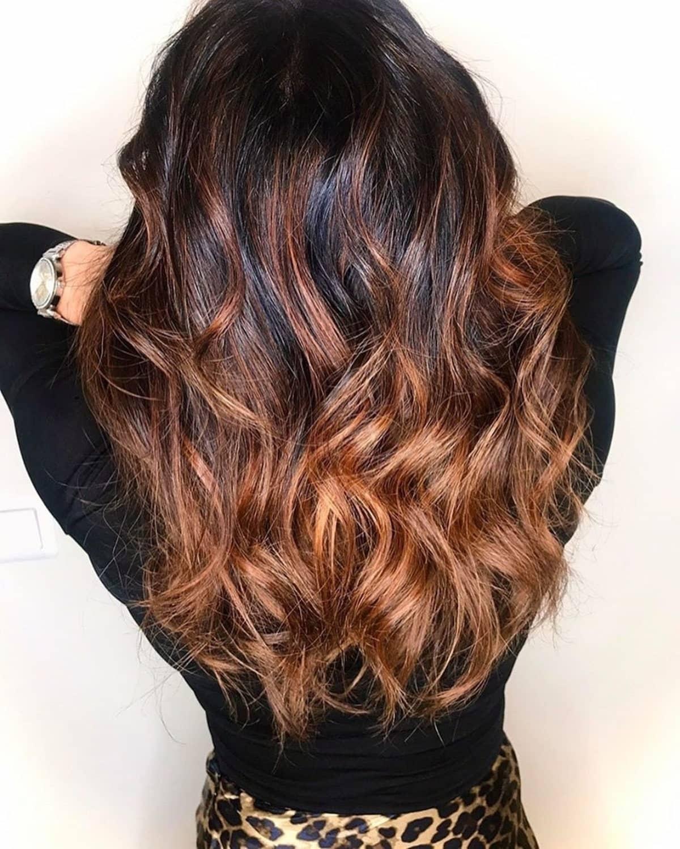 mèches brun cuivré sur cheveux noirs