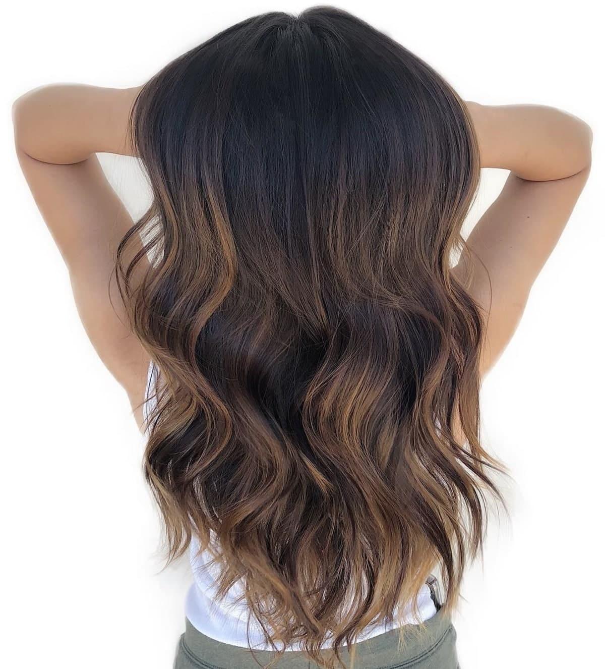 subtils reflets brun miel sur cheveux noirs