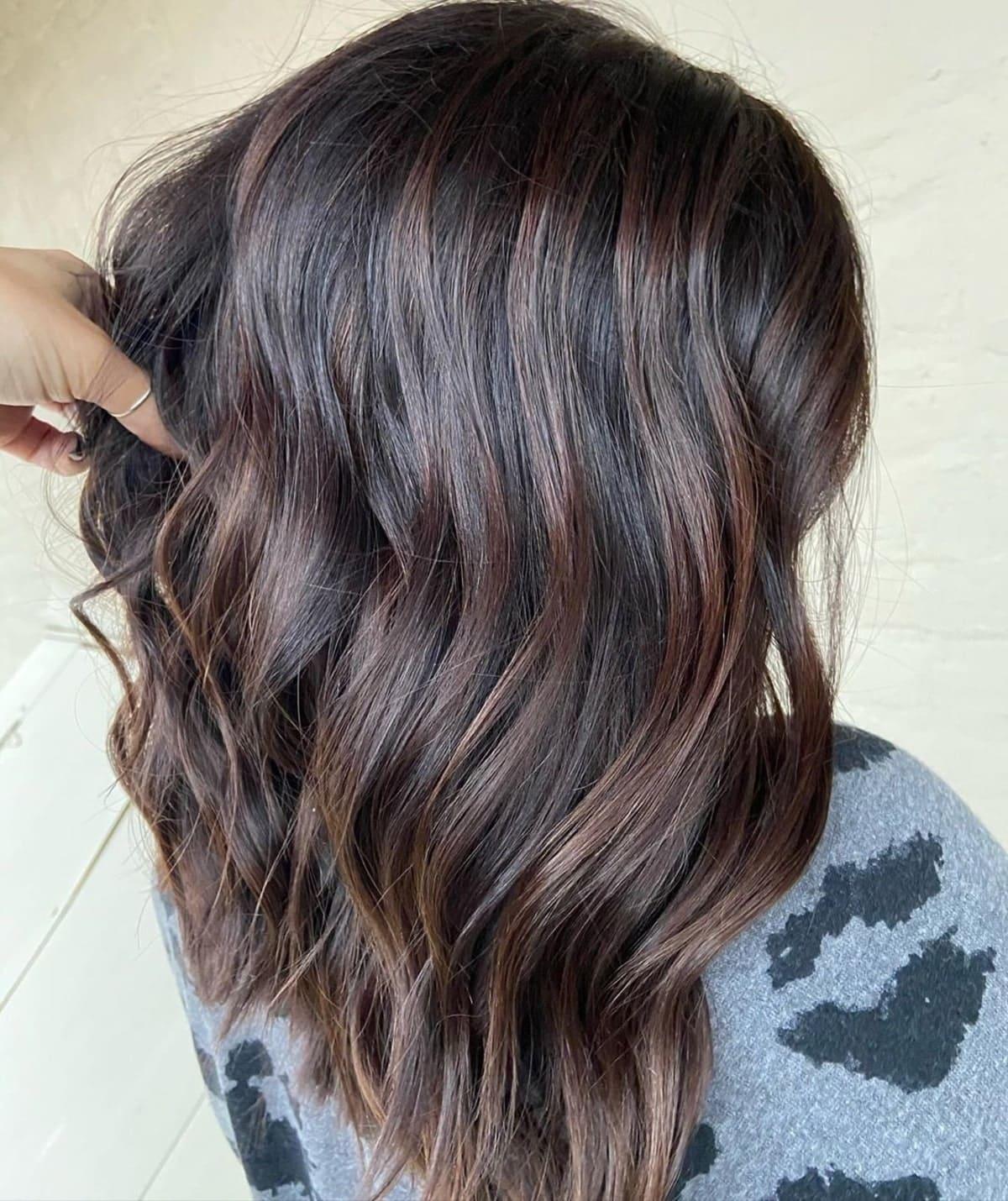 mèches brun chocolat sur cheveux noirs