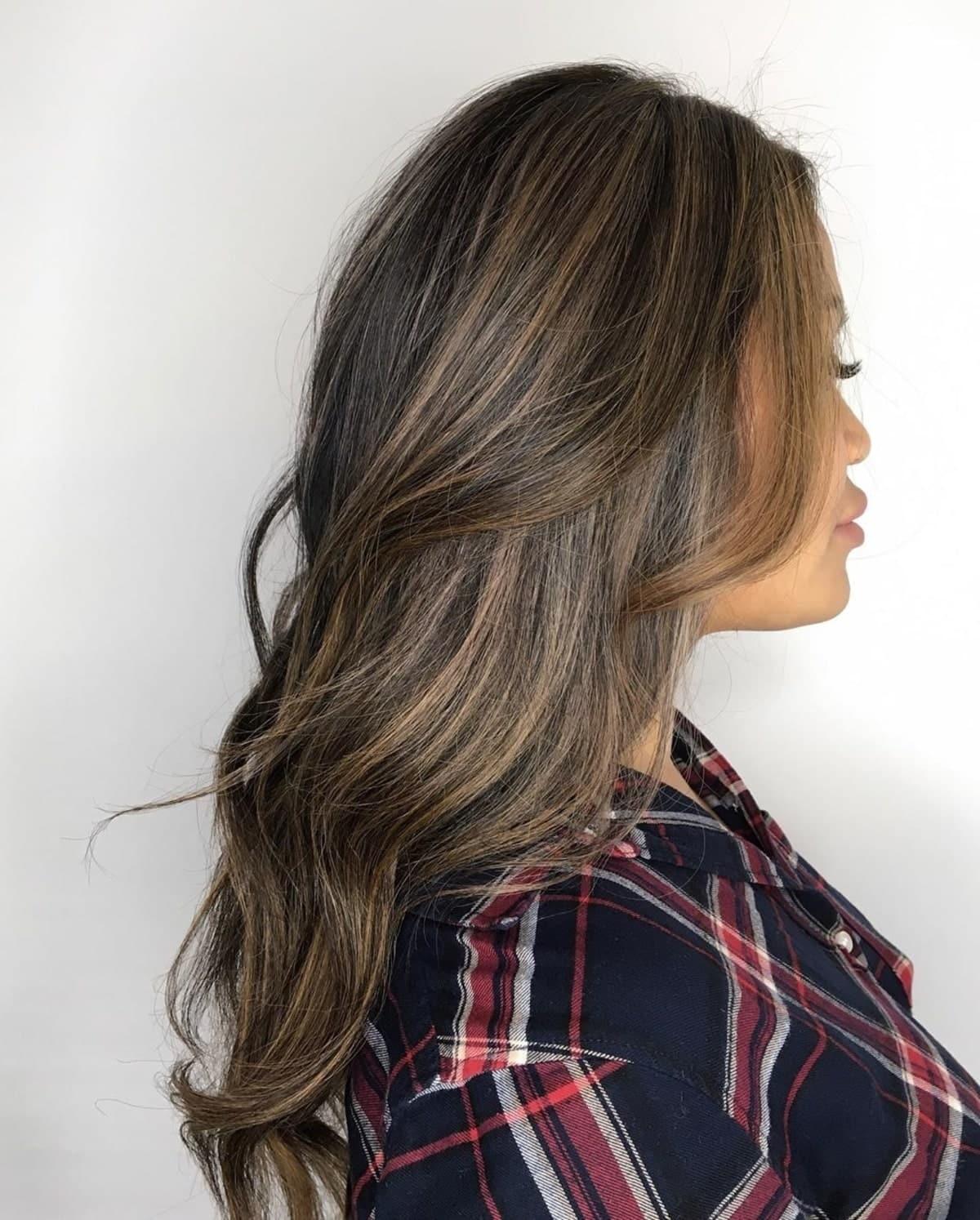 mèches brun cendré clair sur cheveux noirs