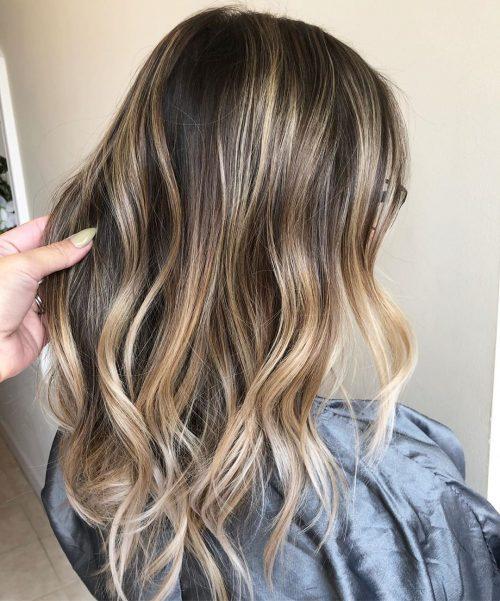 Blond cendré sur cheveux châtain foncé