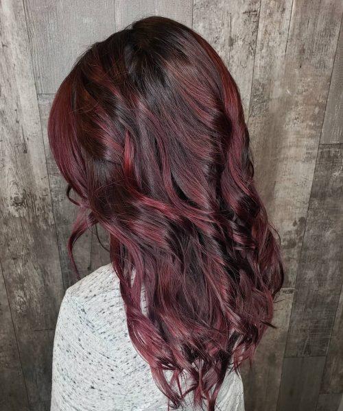 Brunette, vin rouge, cheveux acajou