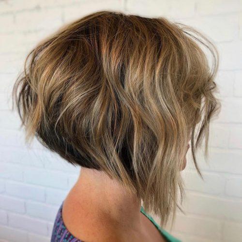 Coupe de cheveux à angle superposé avec texture ondulée