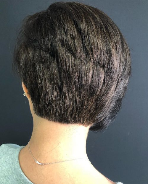 Coupe de cheveux asymétrique superposée