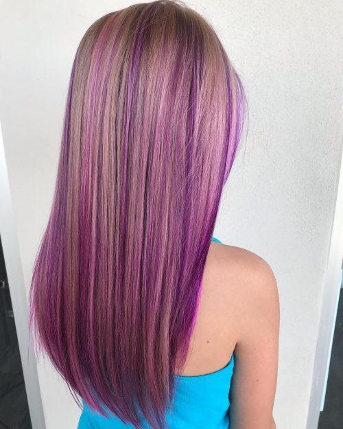 Mèches roses et violettes sur cheveux blonds