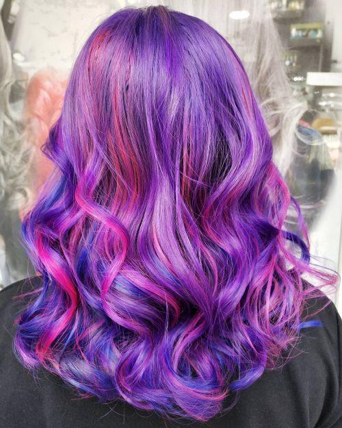 Cheveux violets avec des mèches roses