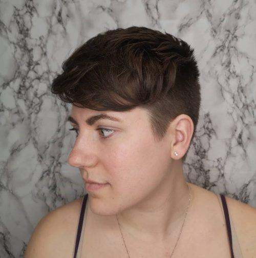 Coupe de cheveux androgyne pour visages carrés