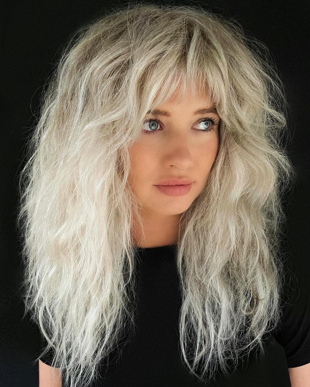 Coupe rasoir pour cheveux longs blonds avec frange