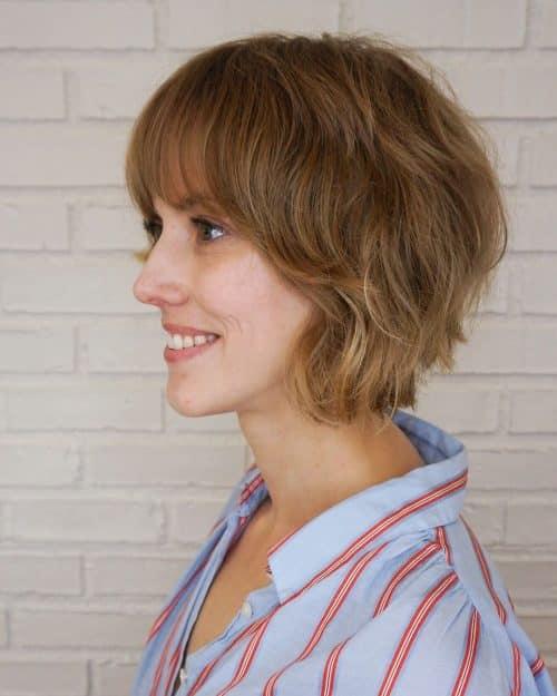 Mignonne coupe de cheveux courts au rasoir.