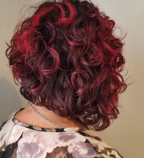 Ombre rouge foncé à clair sur cheveux courts et bouclés