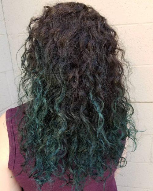 Cheveux bouclés turquoise ombre