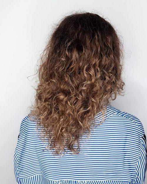 Brun foncé à caramel sur cheveux naturellement bouclés