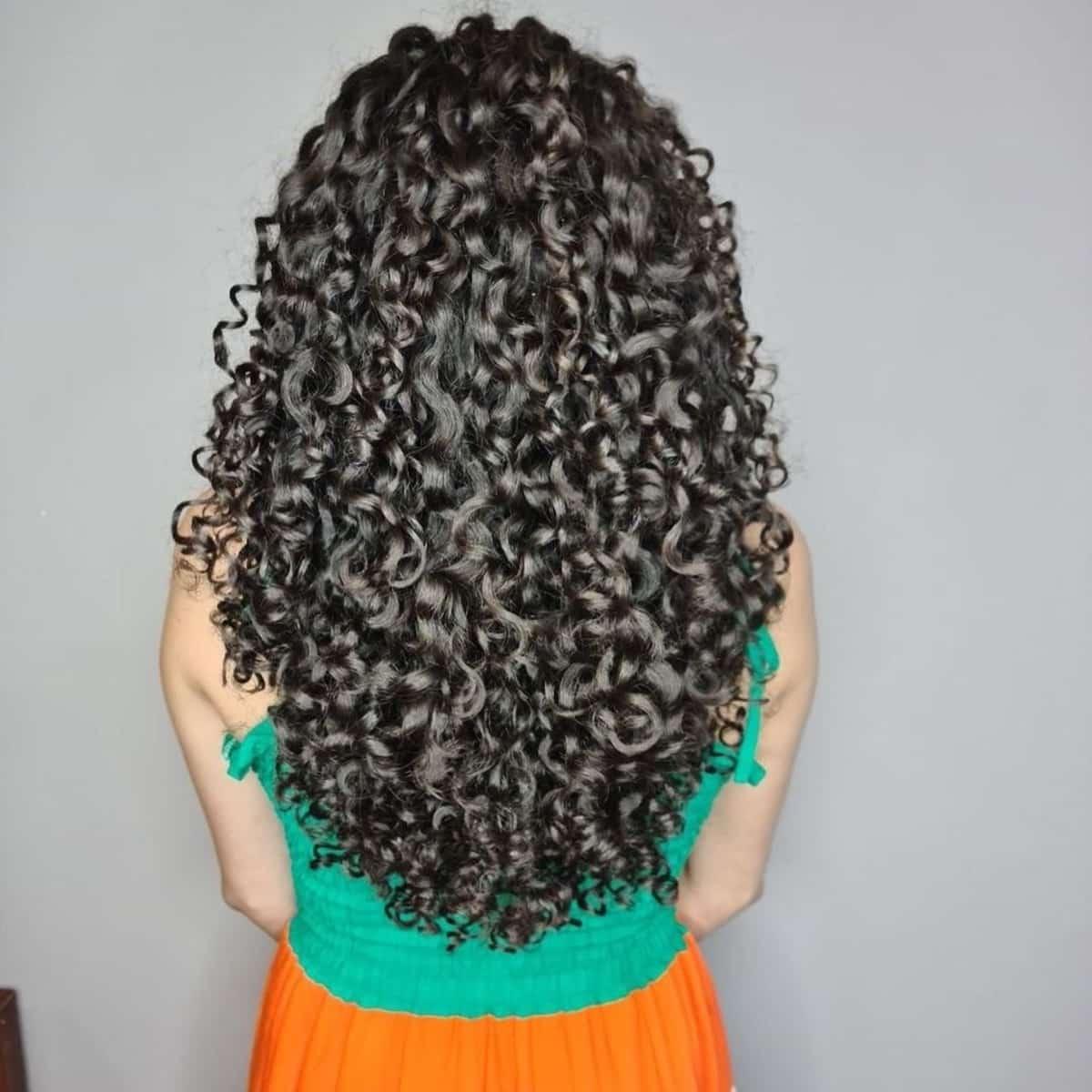 Coupe de cheveux en V avec plumes pour cheveux bouclés