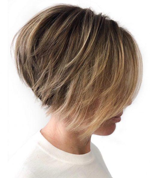 Cheveux courts dégradés en plumes sur une coupe de cheveux de type Bob