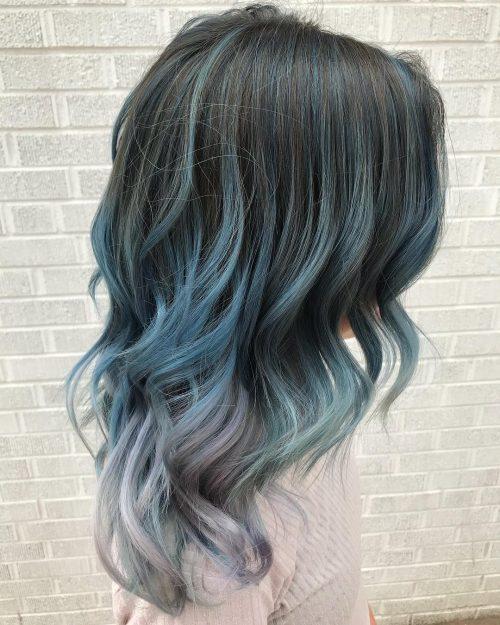 Bleu pastel avec des racines foncées
