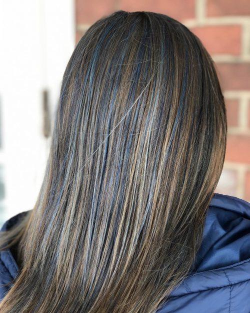Mèches bleues sur cheveux bruns
