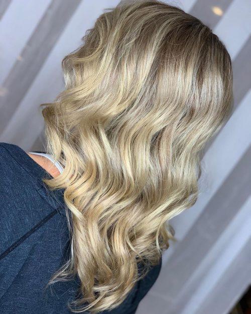 Cheveux mi-longs ondulés coupés en V